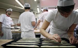 apprenti-manipule-pate-a-pain-a-institut-national-boulangerie-patisserie-20-novembre-2012-a-rouen-1371511-616x380