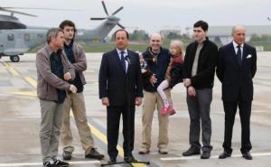 president-francois-hollande-accueille-quatre-otages-liberes-syrie-dont-pierre-torres-deuxieme-a-droite-20-avril-2014-aeroport-1570021-616x380