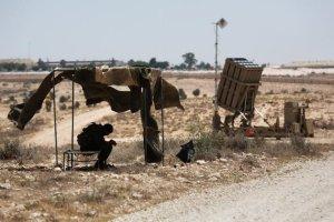 670829-un-soldat-israelien-veille-pres-du-dome-de-fer-batterie-anti-missiles-destinee-a-intercepter-les-roq