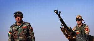 les-peshmerga-kurdes-irakiens-a-40-km-a-l-ouest-d-erbil-capitale-de-la-region-autonome-kurde-au-nord-de-l-irak-se-battent-contre-les-forces-de-l-etat-islamique-bombardees-par-les-etats-unis-le-8-aout-2014l_5010603
