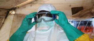 un-membre-de-medecins-sans-frontieres-s-equipe-d-une-protection-contre-le-virus-ebola-a-l-hopital-de-conakry-le-28-juin-2014_5010799