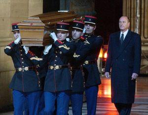 jacques-chirac-fait-entrer-alexandre-dumas-au-pantheon-le-20-novembre-2002_5342643