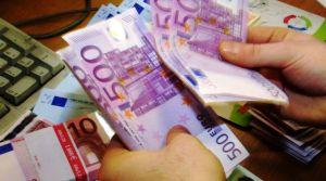 un-agent-de-change-compte-des-billets-de-500-euros-a-londres-en-2001_5121322
