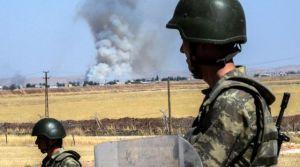 des-soldats-turcs-observent-par-dessus-la-frontiere-avec-la-syrie-la-fumee-des-combats-dans-kobane-le-25-juin-2015-pres-de-suruc-en-turquie_5365731