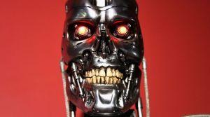 le-robot-du-film-terminator-qui-vient-de-feter-ses-30-ans-a-l-egyptian-theatre-d-hollywood-le-15-octobre-2014_5156649