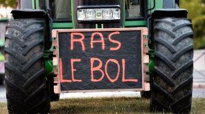 une-pancarte-faisant-etat-du-ras-le-bol-des-eleveurs-et-agriculteurs-lors-d-une-manifestation-devant-la-prefecture-de-rennes-le-2-juillet-2015_5371305