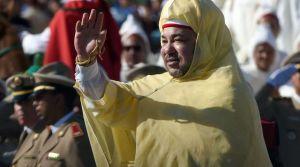 la-roi-du-maroc-mohammed-vi-salue-la-foule-devant-le-palais-royal-a-rabat-lors-d-une-ceremonie-marquant-le-15e-anniversaire-de-son-accession-au-trone-le-31-juillet-2014_5068260