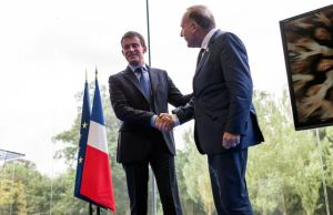 pierre-gattaz-patron-du-medef-salue-le-premier-ministre-manuel-valls-a-l-universite-du-medef-a-jouyt-en-josas-le-27-aout-2014_5020808