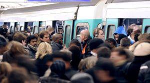 des-passagers-du-metro-parisien-en-decembre-2010_5405395