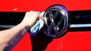 le-logo-volkswagen-a-l-avant-d-une-voiture-a-berlin-en-mars-2015_5419889