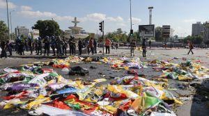 des-policiers-autour-des-corps-de-victimes-recouverts-de-drapeaux-du-double-attentat-qui-a-fait-au-moins-86-morts-a-ankara-en-turquie-le-10-octobre-2015_5443375