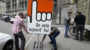 installation-d-un-panneau-pour-signifier-qu-il-s-agit-d-un-jour-d-elections-a-fribourg-en-suisse-le-18-octobre-2015_5447875