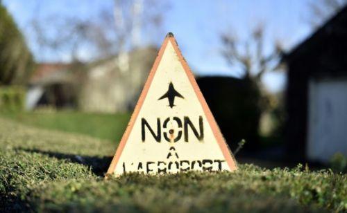 841716-une-pancarte-factice-non-a-l-aeroport-est-posee-sur-le-site-du-projet-d-aeroport-a-notre-dame-des-la