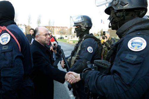 le-ministre-de-l-interieur-benard-cazeneuve-avec-des-membres-du-gign-le-11-janvier-2016-a-paris_5603183
