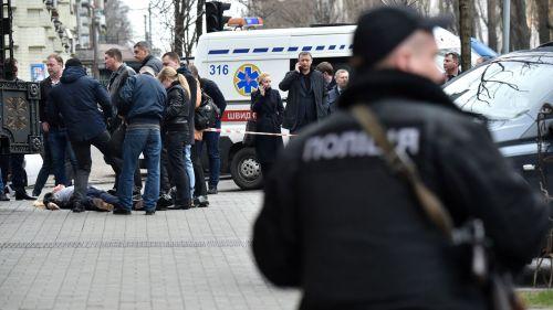 la-police-sur-les-lieux-de-l-assassinat-de-l-ancien-depute-russe-denis-voronenkov-dans-le-centre-de-kiev-le-23-mars-2017_5849027